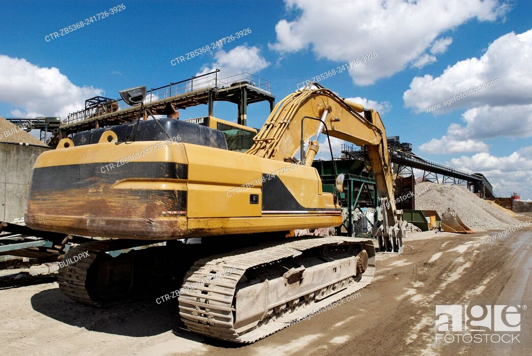 Imagen: Large caterpillar excavator at Day Aggregates, a construction materials and recycling plant, Greenwich, South-East London, UK.
