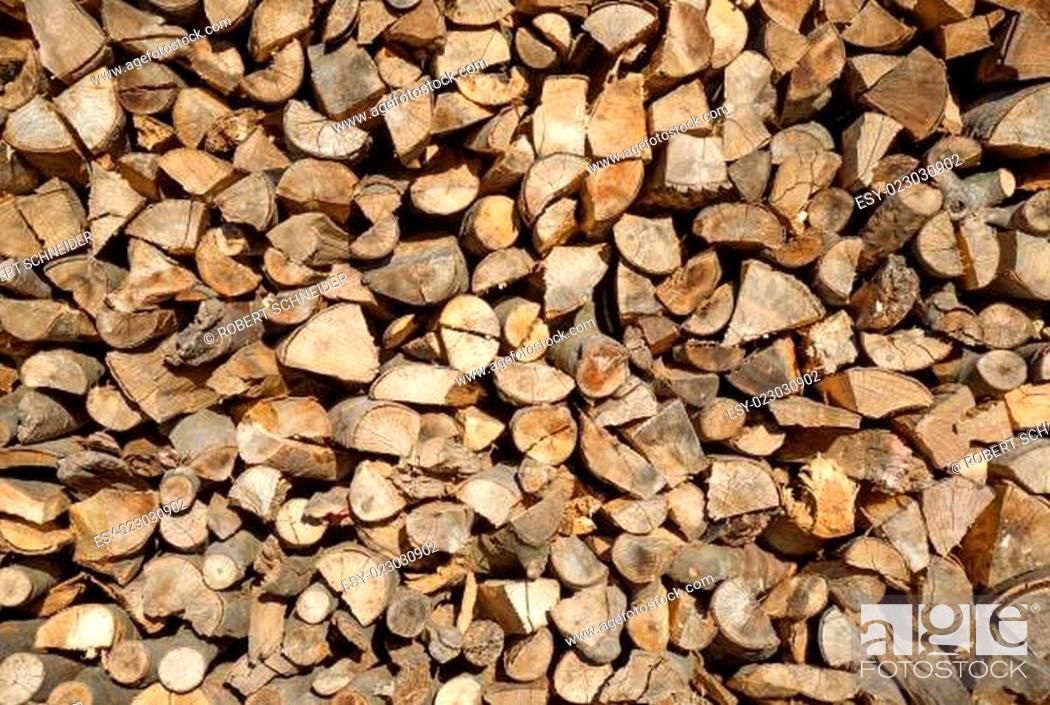 Imagen: Aufgeschichtetes Brennholz.
