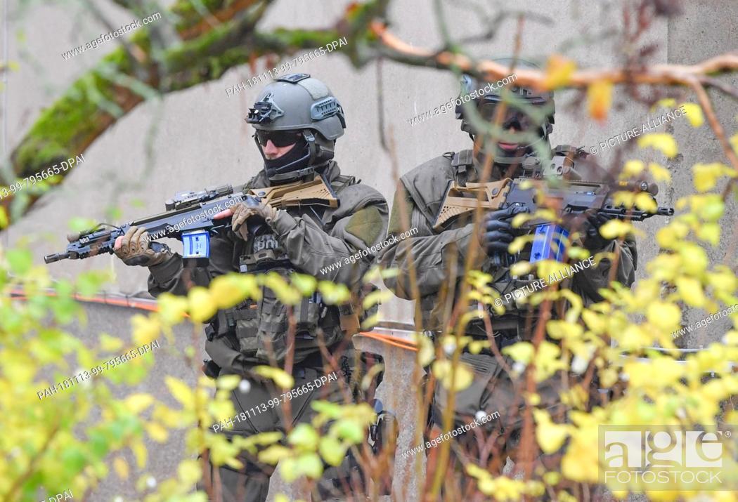 Imagen: 13 November 2018, Brandenburg, Bernau: Special Operations Command (SEK) officials take part in an anti-terrorist exercise.