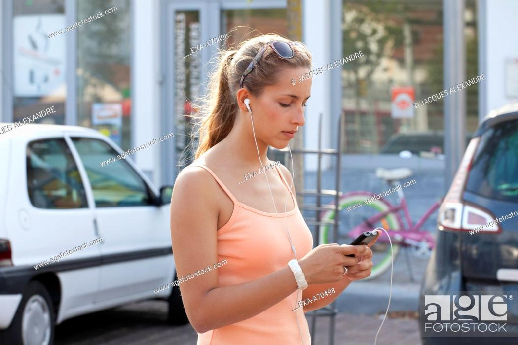 Imagen: woman busy with her phone.