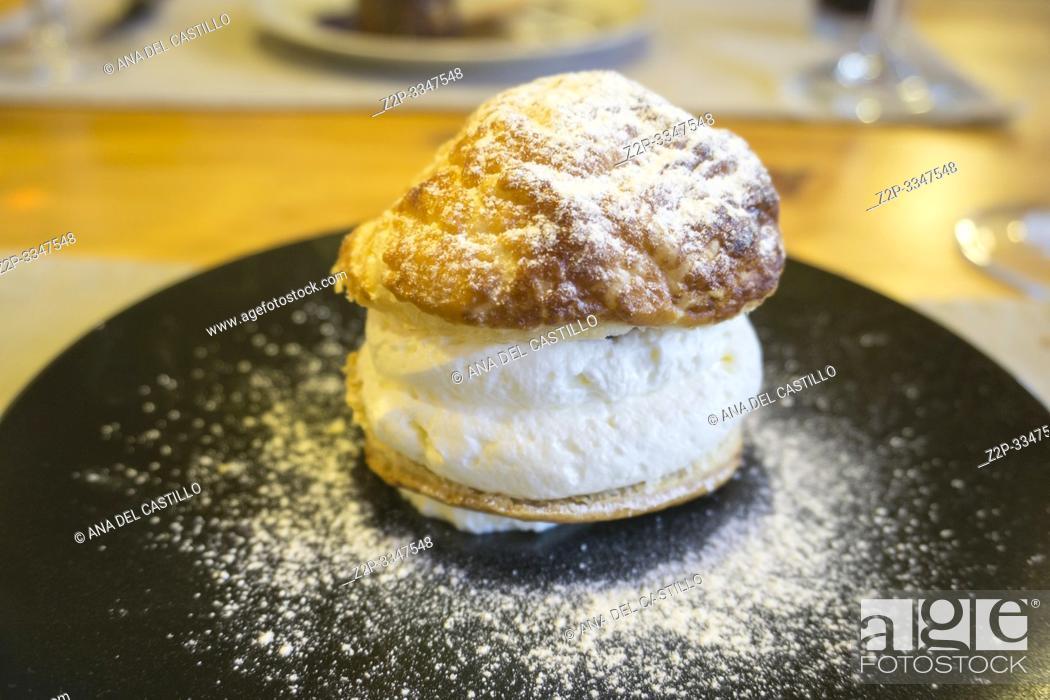 Imagen: Cream Puff On A Dark Plate.