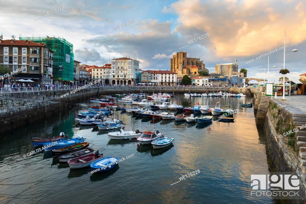 Imagen: The lighthouse and the church of Santa Maria in the beautiful port of Castro Urdiales, Cantabria, before sunrise.