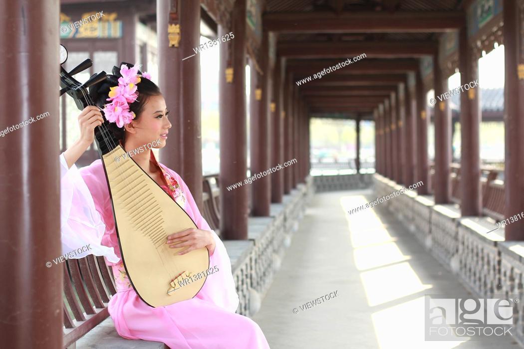 Stock Photo: Pipa costume beauty.