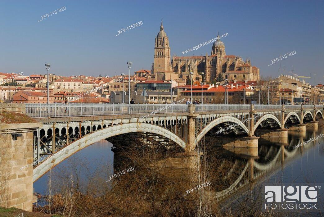 Imagen: Salamanca. Cathedral and the bridge over the Tormes river. Castilla y Leon. Spain.