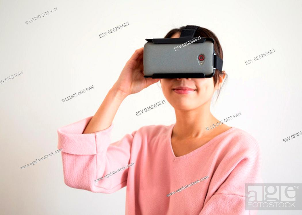 Imagen: Woman look via virtual reality glasses.
