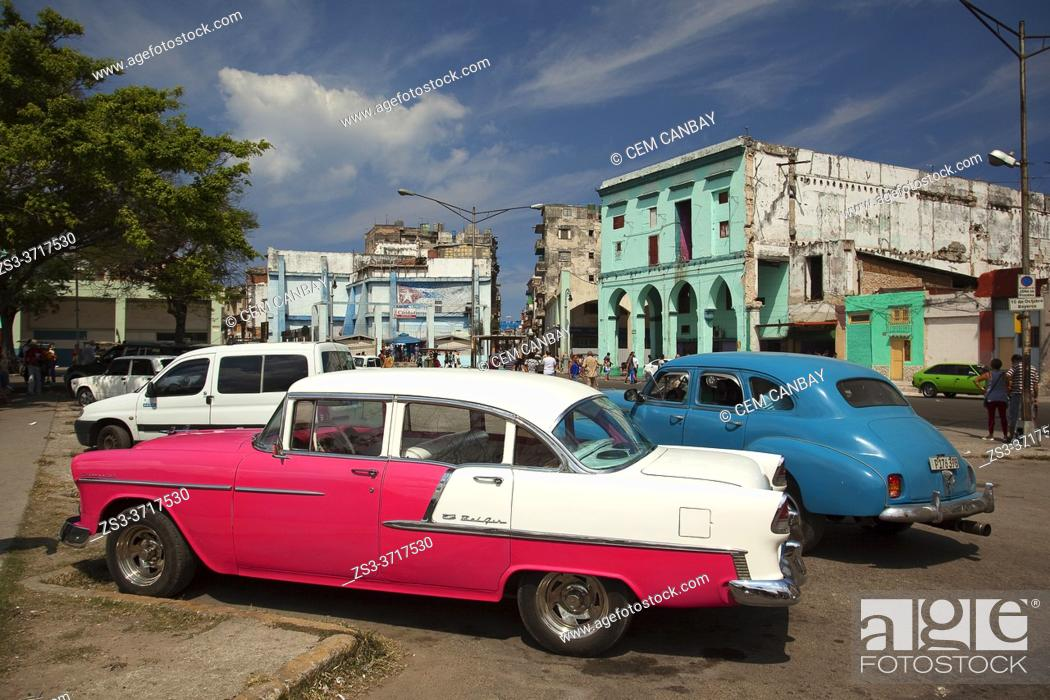 Imagen: Old American cars used as taxis and colectivos in front of the colonial buildings in Center Havana, La Habana, Cuba, West Indies, Central America.