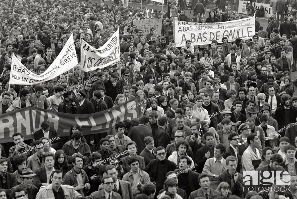 Photo de stock: The risk of a revolution in Paris has been averted. Banners against the President of the French Republic Charles de Gaulle in a demonstration of young students.