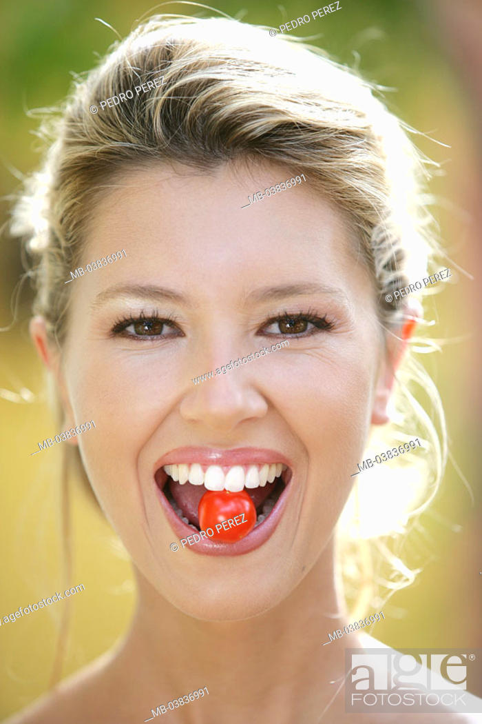 Stock Photo: Woman, smiling, mouth, Cocktail-Tomate,  Portrait,   Series, women portrait, 20-30 years, 27 years, young, blond, gaze camera, cheerfully, happily, radiation.