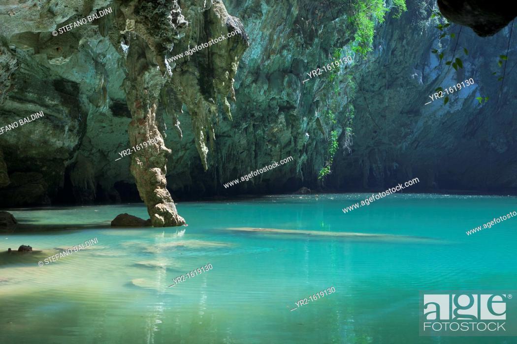 Imagen: Sa phra nang holy princess pool, a hidden lagoon in Laem phra nang, Railay, Krabi province, Thailand.