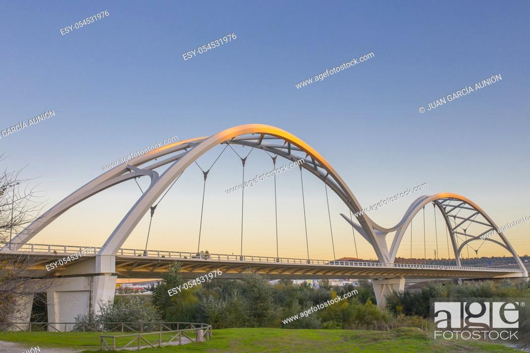 Imagen: Ibn Firnas Bridge, Cordoba, Spain. View from river Guadalquivir bank.