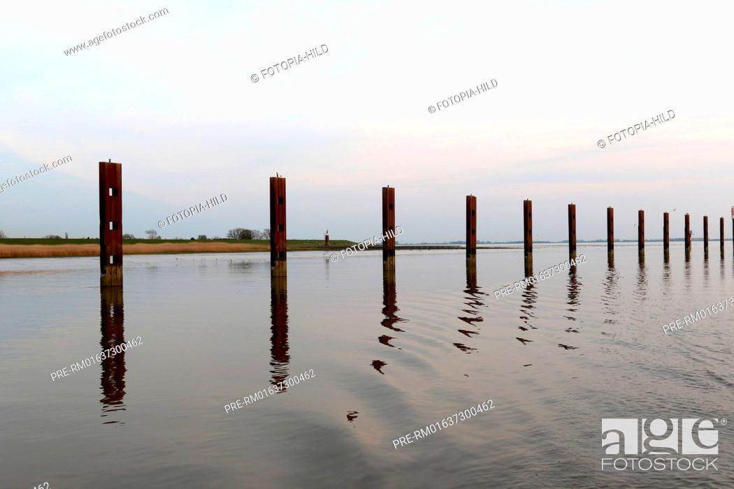 Imagen: Entrance from Elbe river into Stör river, Schleswig-Holstein, Germany / Einfahrt von der Elbe in die Stör, Schleswig-Holstein, Deutschland.
