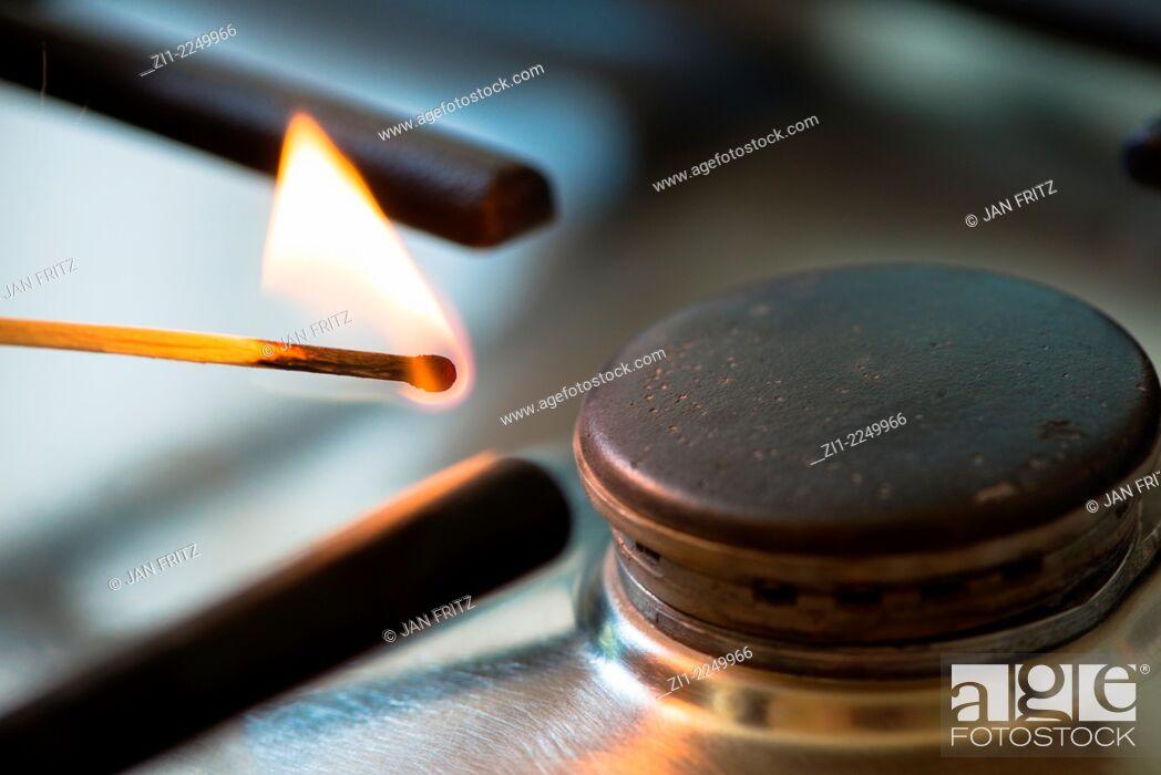 Imagen: Matchstick lit the gasburner.