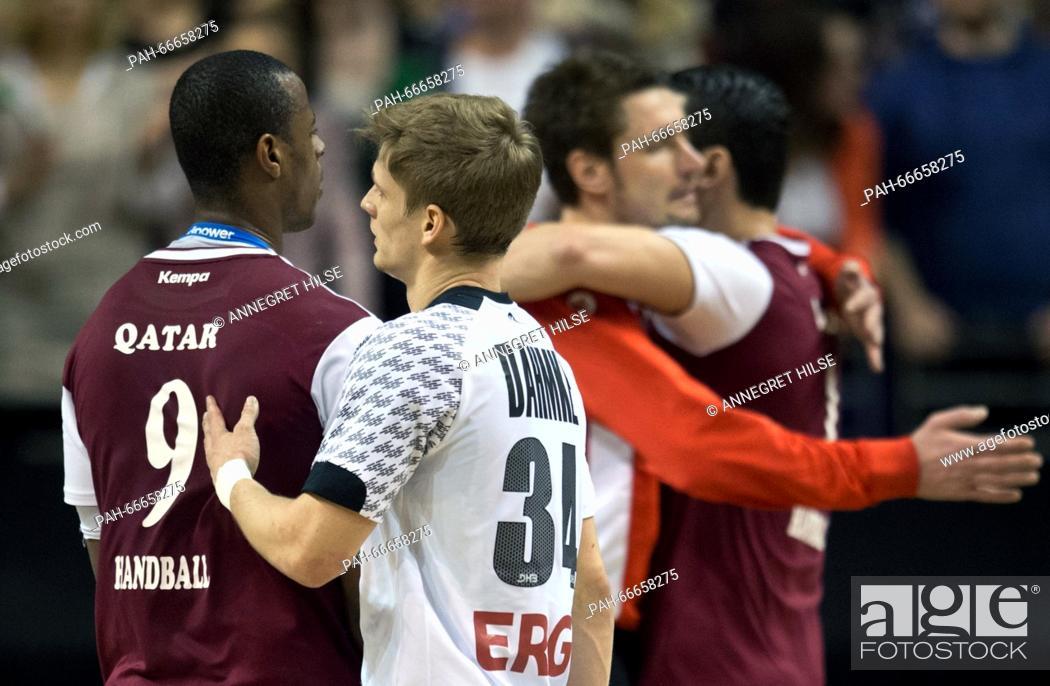 Imagen: Qatar's Rafael Capote (L-R), Germany's Rune Dahmke, Germany's goalkeeper Carsten Lichtlein and Qatar's Zarko Markovic shake hands and hug after the.