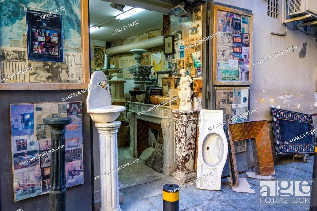 Imagen: Old Marble store in Naples, Italy.
