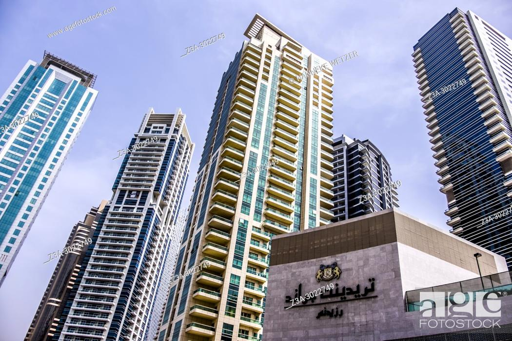 Imagen: Supertall skyscrapers at the JBR walk of Dubai Marina, Dubai, UAE.