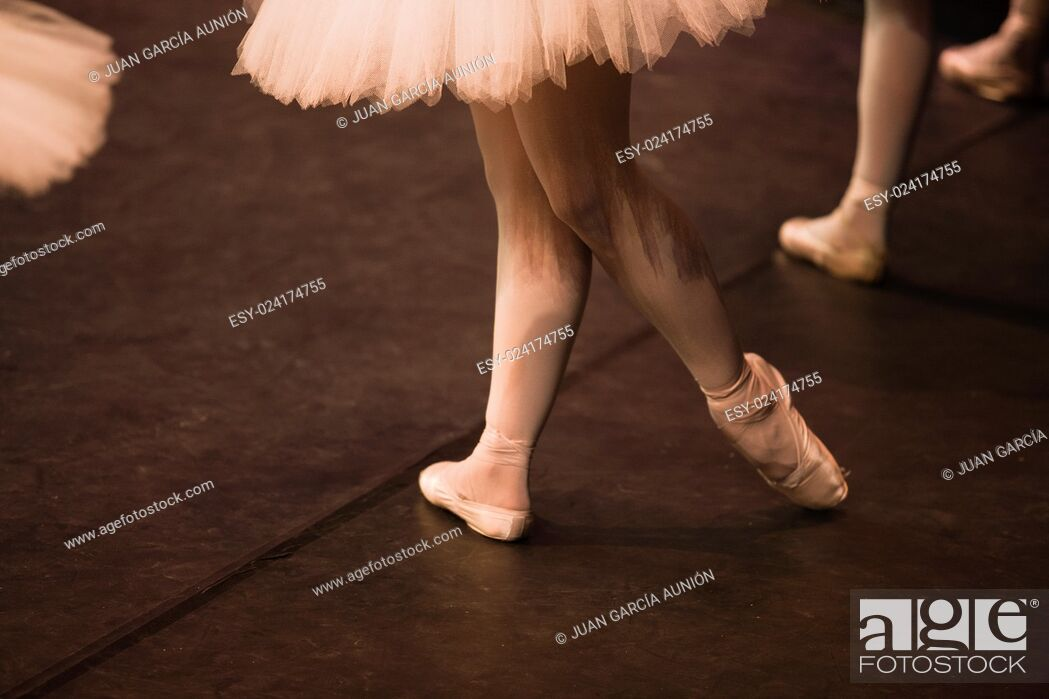 Imagen: Pointe shoes stopped in the performance of Swan Lake of Pyotr Tchaikovsky and Petipa.