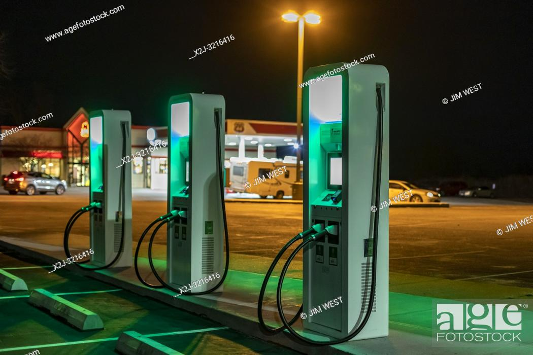 Imagen: Grand Island, Nebraska - An electric vehicle charging station, with a Phillips 66 gas station in the background.
