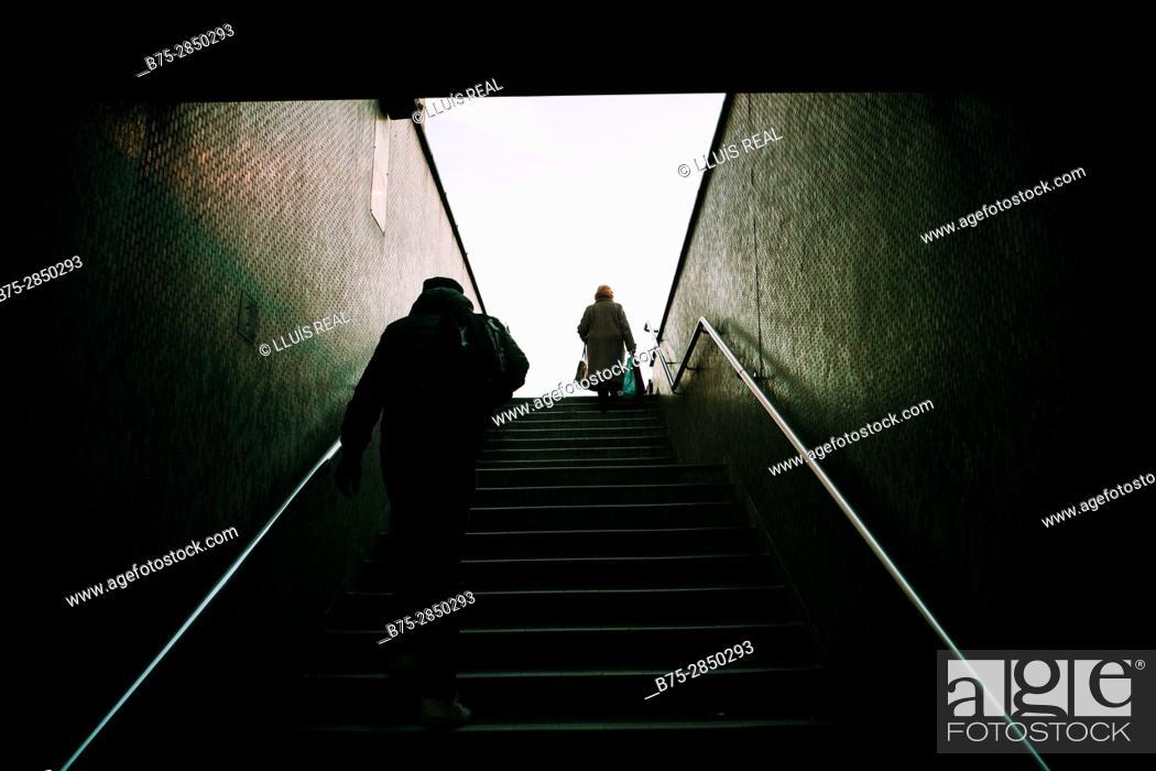 Stock Photo: Dos personas hombre y mujer de espaldas irreconocibles subiendo unas escaleras. London Bridge, London, UK, Europa.