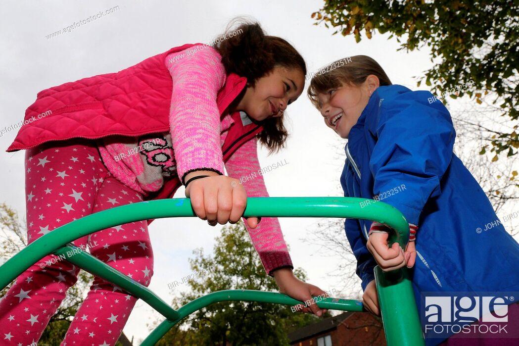 Imagen: Girls playing in urban park.