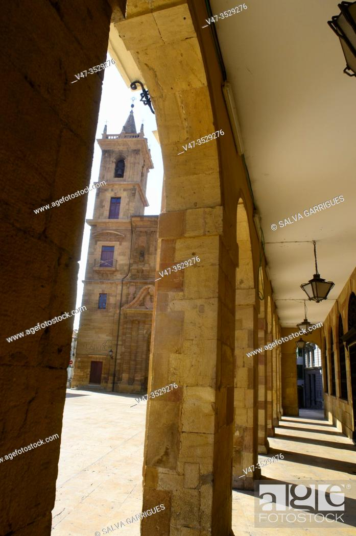 Imagen: Between the arches of the facade of the town hall we see the church of San Isidoro el Real, Oviedo, Asturias, Spain.