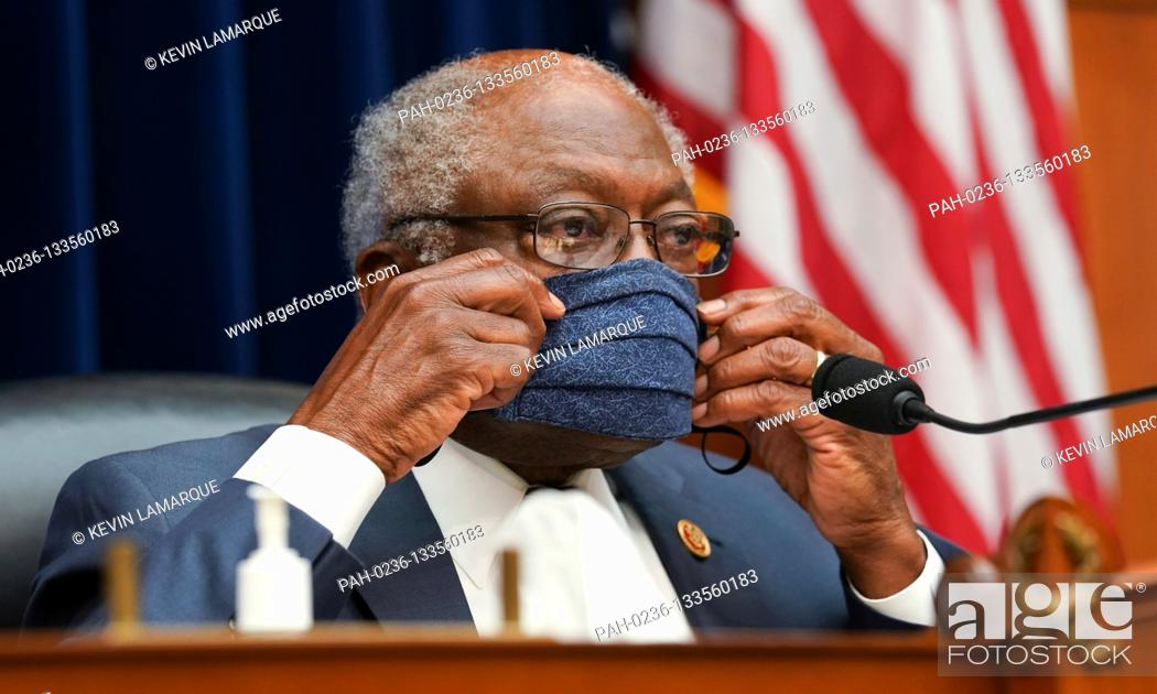 Photo de stock: United States House Assistant Democratic Leader James Clyburn (Democrat of South Carolina) adjusts his protective face mask as he chairs a US House Select.