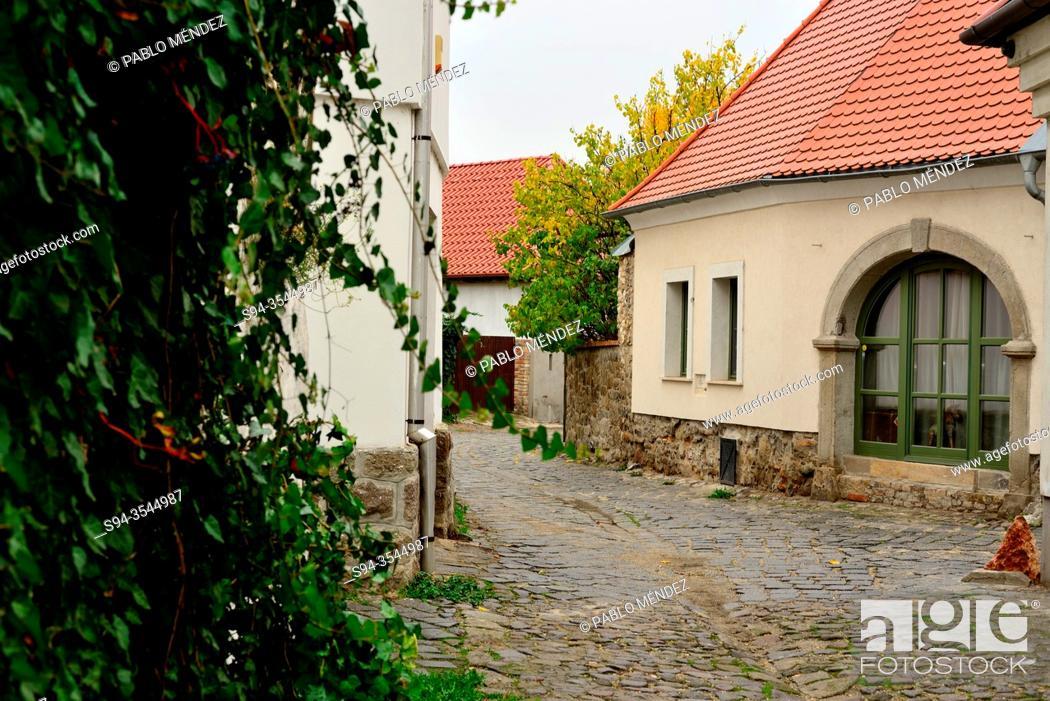 Imagen: Rustic street of Szetendre, Hungary.