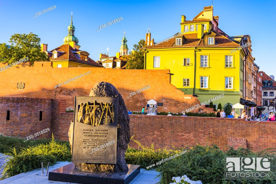Imagen: Katyn monument in Warsaw, commemorating the victims of the Katyn massacre designed by the sculptor Andrzej Renes, in the background historical houses in the.