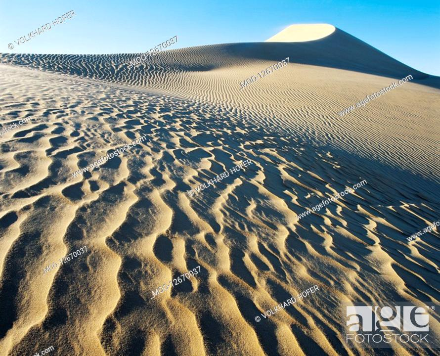 Stock Photo: Patterns in sand.