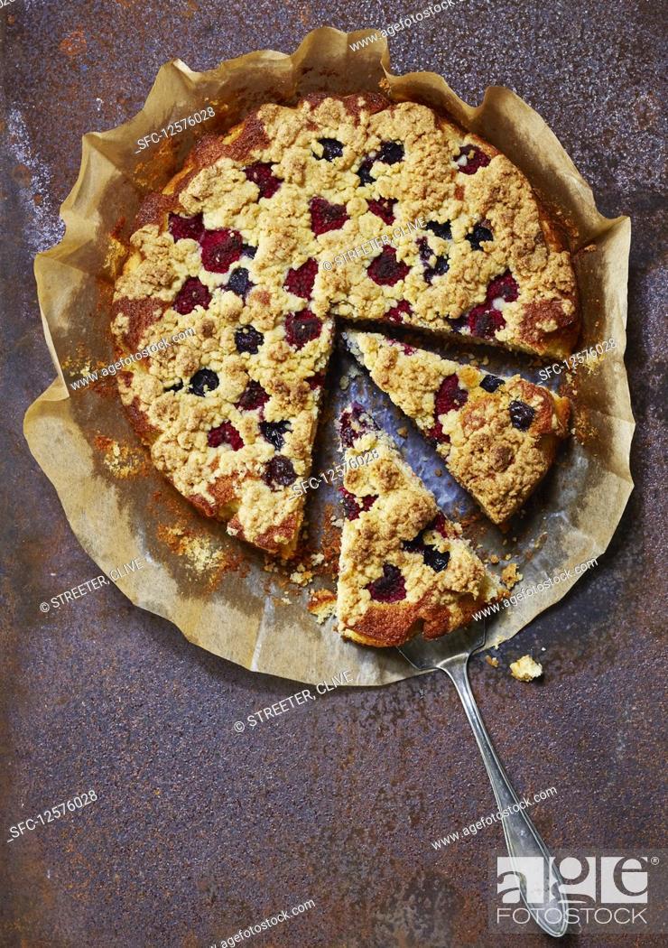 Photo de stock: Raspberry crumble cake, sliced.