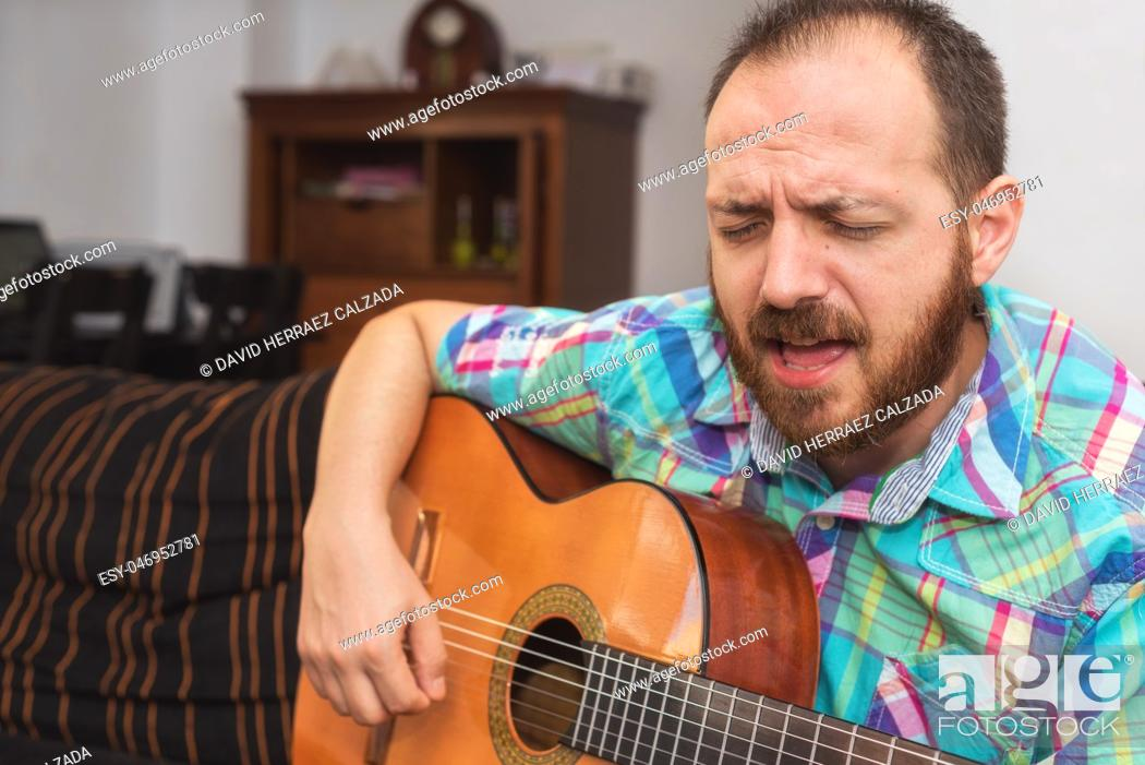 Imagen: Young man musician playing the acoustic guitar.