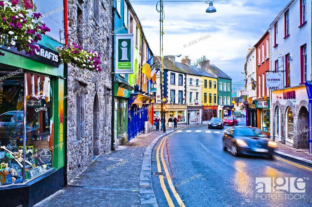 Imagen: At left Shee Alms House, Kilkenny tourist office, Rose Inn St, Collegepark, Kilkenny town, County Kilkenny, province of Leinster, Ireland, Europe.