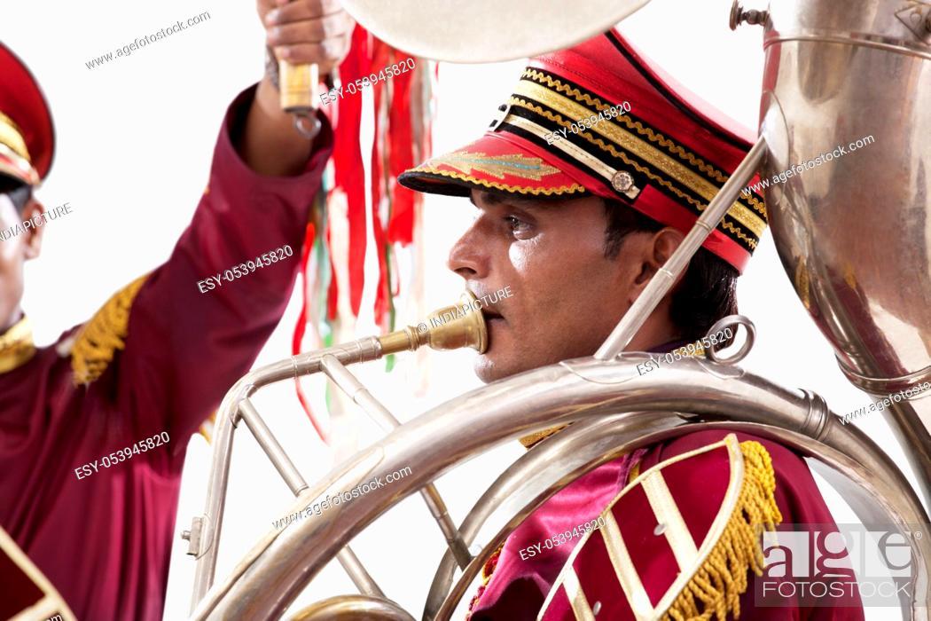 Imagen: Bandwala playing on an instrument.