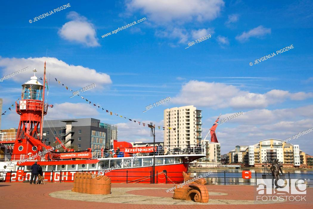 Photo de stock: Goleulong 200 Lightship, floating Christian Centre, From Pit to Port, bronze statue by John Clinch, Jon Buck, Beastie Benches by Gwen Heaney, Cardiff Bay.