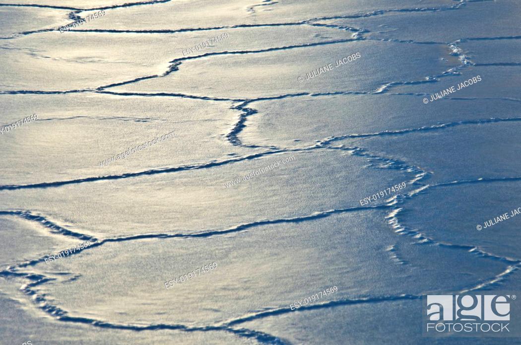 Imagen: Cracking ice.