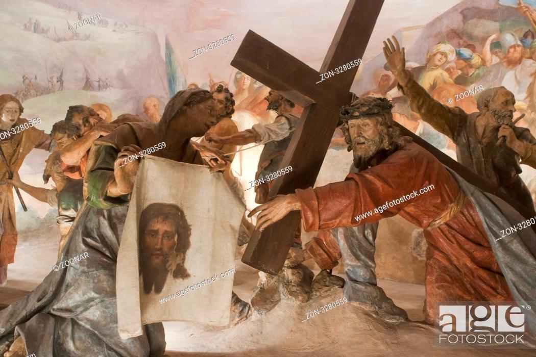 Imagen: Jesus bricht unter dem Kreuz zusammen und Veronika trocknet im das Gesicht mit einem Tuch, Sacro Monte di Varese, Varese, Lombardei, Italien.