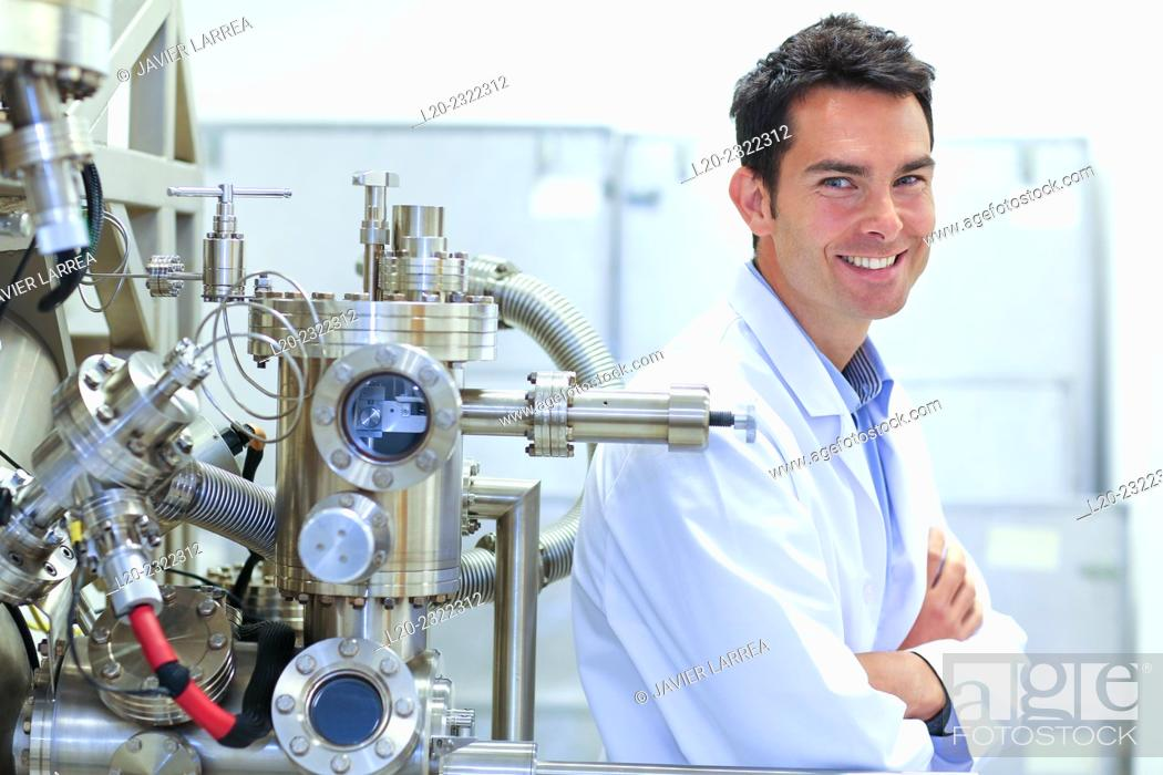 Imagen: Researcher. Surface spectrometer, Photoelectron spectroscopy, Auger Electron Spectroscopy, AES, VG Scientific ESCAlab 200D Surface Analysis Equipment.