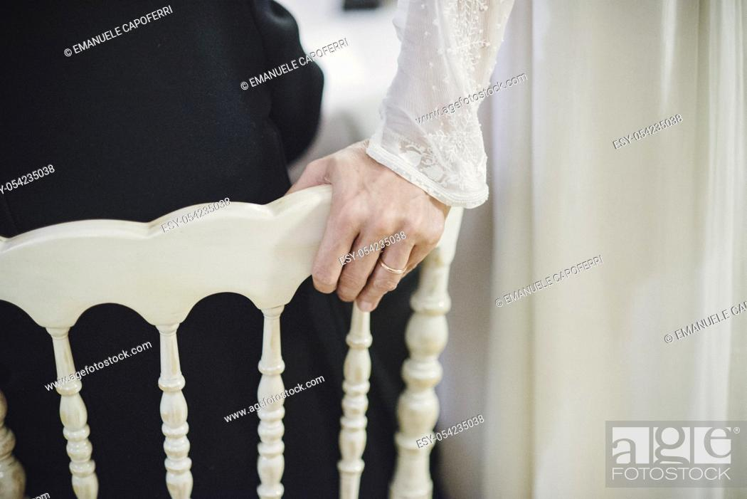 Imagen: Bride's hand with ring resting in chair.
