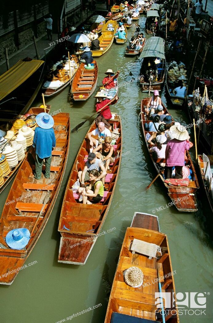 Photo de stock: Several boats, Damnoen Saduak floating market, Ratchaburi Province, near Bangkok, Thailand.