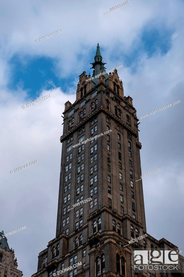 Imagen: New York City - USA - DEC 17 2018: The Sherry-Netherland hotel overlooks Central Park from 5th Ave., and is located across the street from the subway and Grand.