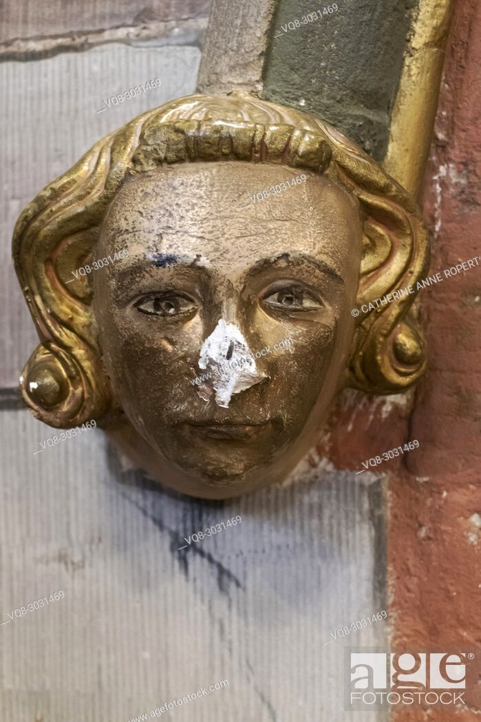 Imagen: Carved and painted architectural head boss of a young Medieval nobleman with golden hair and a broken nose, Hereford Cathedral, Hereford, England.