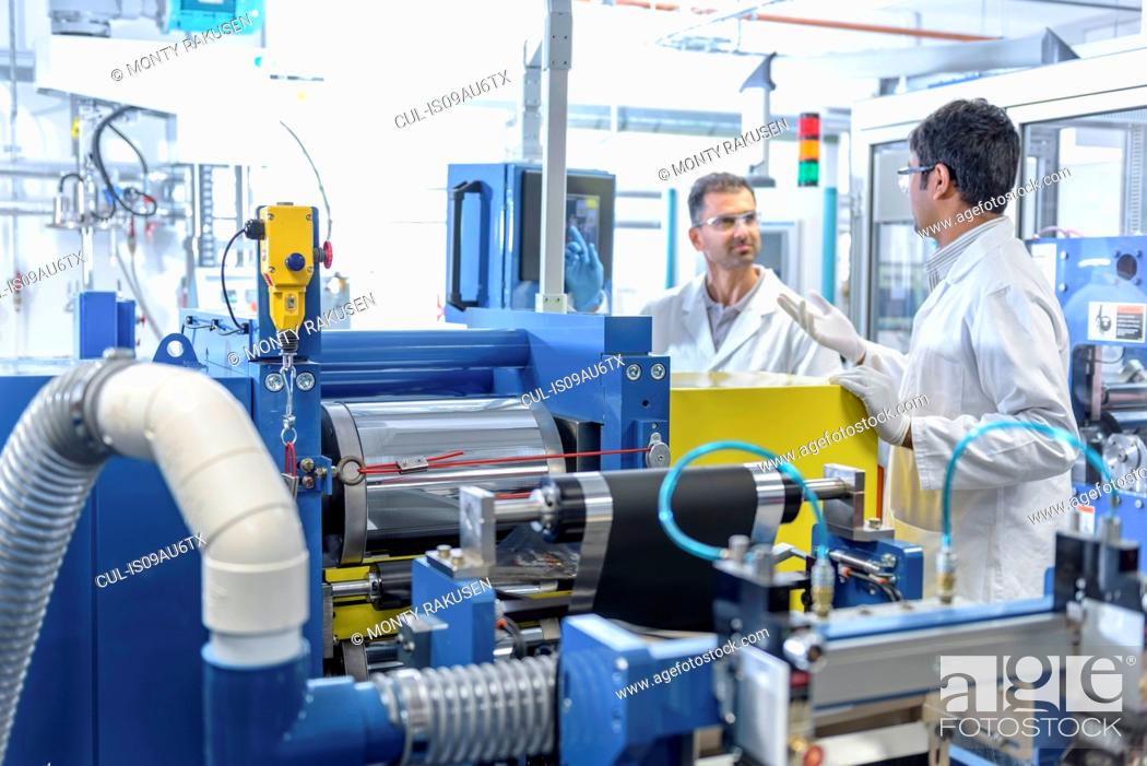 Imagen: Scientists with lithium ion battery production line in battery research facility.