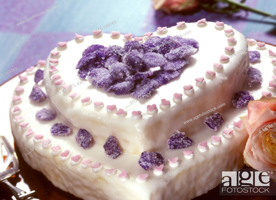 Photo de stock: Two-tiered heart-shaped cake with candied violets.
