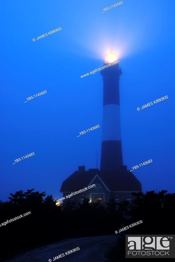 Imagen: Foggy Night, Fire Island Lighthouse, Long Island, NY.