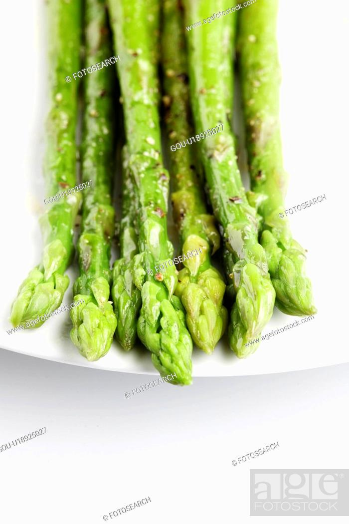 Stock Photo: Water droplets on asparagus (close-up).
