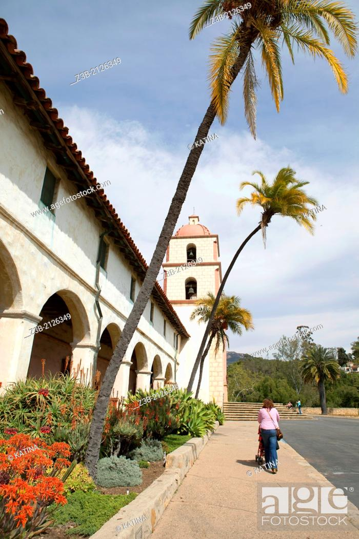 Imagen: A vertical view of Mission Santa Barbara, or Santa Barbara Mission, in Santa Barbara, California, USA.
