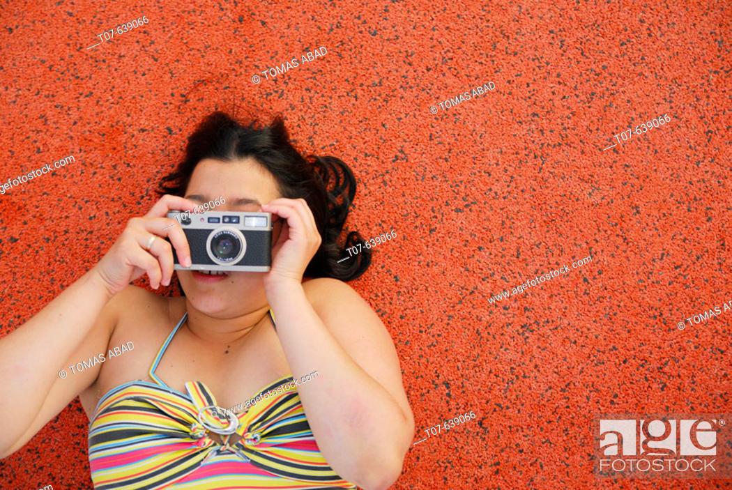Imagen: Latino Woman holding a camera.
