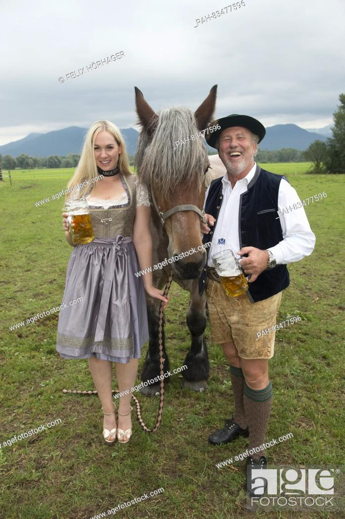 Imagen: ATTENTION BLOCKING PERIOD: 8 SEPTEMBER 2016, 12 AM / dpa exclusive:The Wiesn playmate Kathie Kern and horse breeder Ludwig 'Luggi' Kaeser posing with brewery.