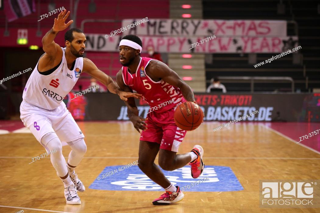 Imagen: Bonn, Germany, 27. 12. 2020, Telekom Dome, Basketball Bundesliga, Telekom Baskets Bonn vs BG Goettingen: Akee Vargas (Goettingen) und Josh Hagins (Bonn) battle.