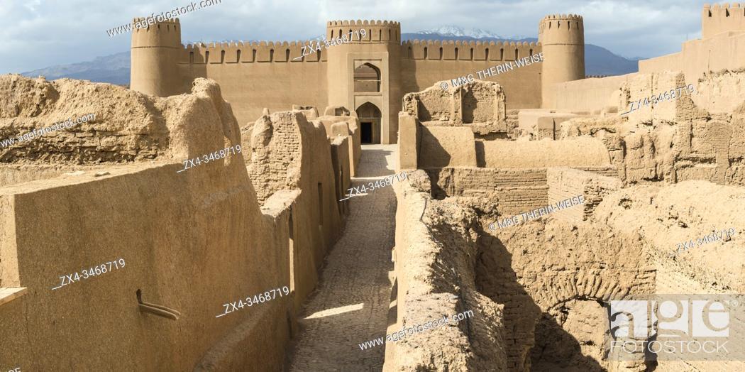 Imagen: Ruins, towers and walls of Rayen Citadel, Biggest adobe building in the world, Kerman Province, Iran.