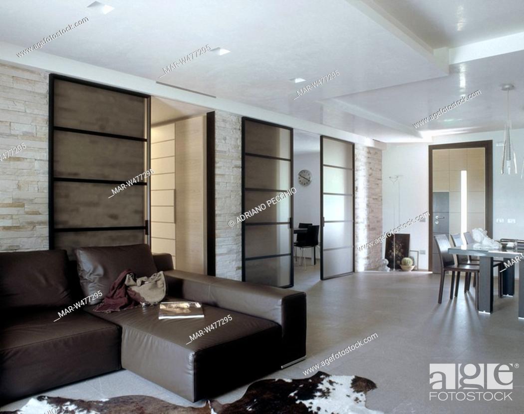 Pareti Di Vetro Scorrevoli : Soggiorno con pareti in pietra a vista porte scorrevoli di vetro